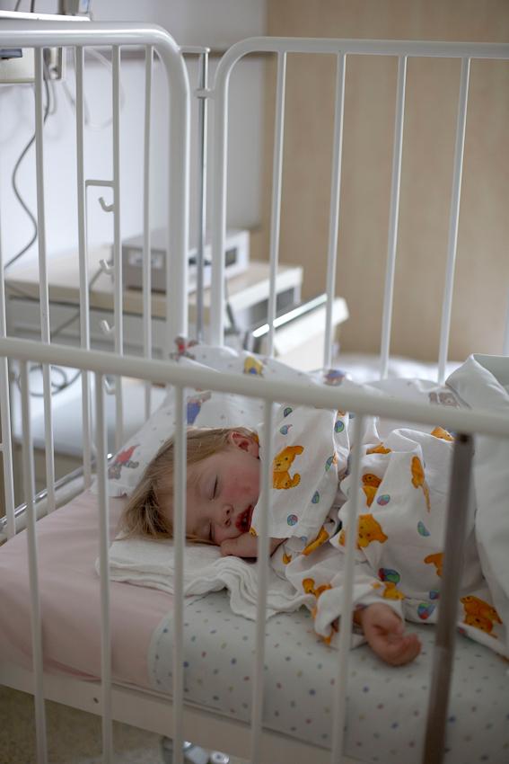 Ich war gerade am Fotografieren fur mein Thema 'Ein Tag Deutschland' als der Anruf kam. Meine Tochter war gestürzt und hatte sich so stark in die Zunge gebissen, dass sie unter Vollnarkose genäht werden sollte. Natürlich bin ich sofort ins Krankenhaus gefahren.Dieses Foto zeigt Lucy unmittelbar nach der OP.