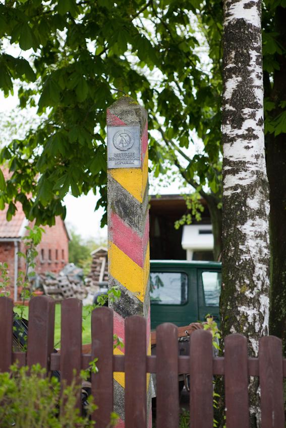 Im Vorgarten eines Hauses an der Dorfstraße von Gross Thurow, eines ehemaligen Grenzortes an der innerdeutschen Grenze, hat der Besitzer einen alten Grenzstein der DDR aufgestellt