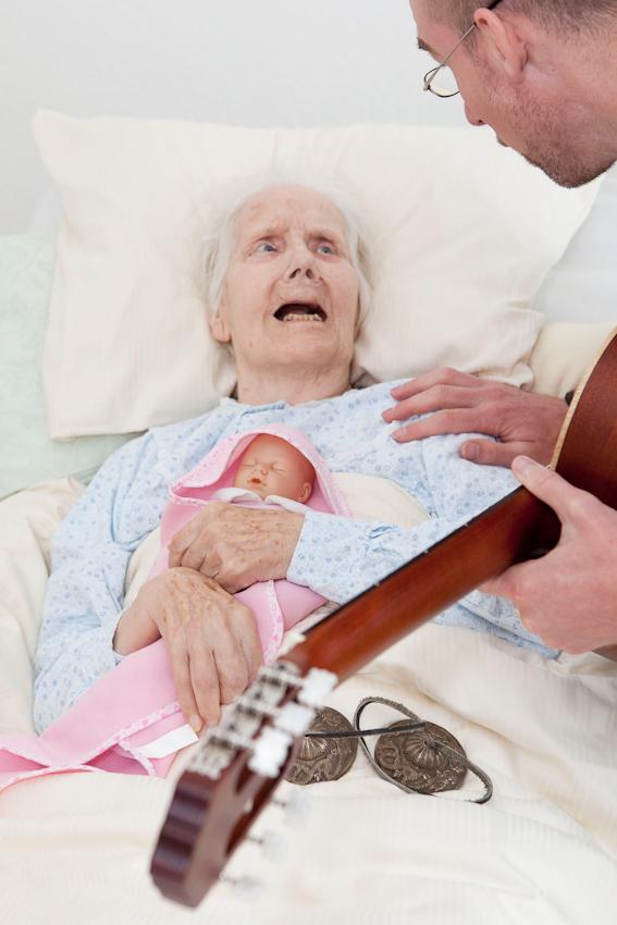 <p>Im Rahmen seines wöchentlichen Besuchs in der gerontopsychiatrischen Station des Seniorenzentrum Dr. Carl Kellinghusen in Hamburg stattet der Musiktherapeut Jan Sonntag der bettlägerigen Erika Heckel einen Besuch mit Zimbeln und Gitarre ab. Der 37-Jährige beschäftigt sich seit einigen Jahren intensiv mit Zugangen zu Menschen mit Demenz, die Musik gilt hier als der Königsweg.</p>