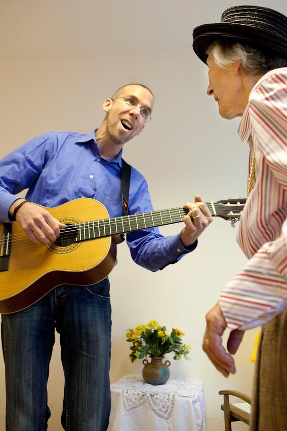 <p>Wahrend seines wöchentlichen Besuchs in der gerontopsychiatrischen Station des Seniorenzentrum Dr. Carl Kellinghusen in Hamburg geht der Musiktherapeut Jan Sonntag in einen musikalischen Dialog mit der Bewohnerin Erika Jaeger. Der 37-Jährige beschäftigt sich seit einigen Jahren intensiv mit Zugangen zu Menschen mit Demenz, die Musik gilt hier als der Königsweg.</p>