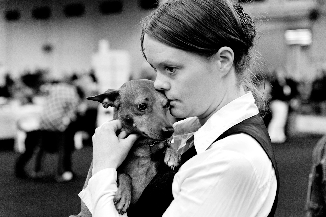 DEU, Deutschland, Dortmund, 07.05.2010, Eine junge Frau mit ihrem Hund bei einer Hundeausstellung.