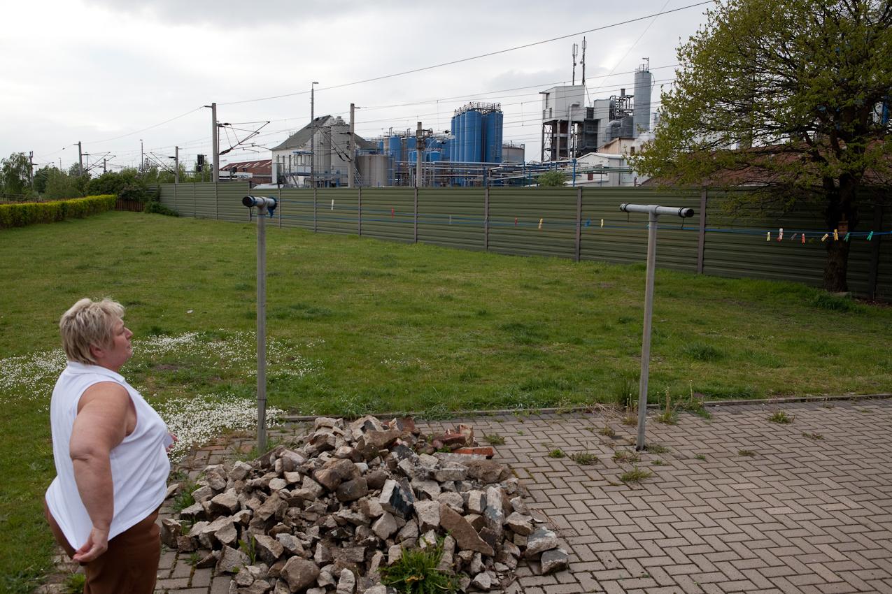 Dicht neben der Raffinerie, nur durch eine Bahntrasse getrennt, liegt das Dorf Dollbergen. Annette Baumann lebt schon seit Jahrzehnten in der Nachbarschaft.