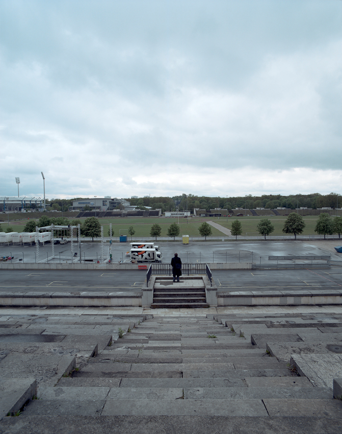 Bis zu 300.000 Zuschauer fuellten das Zeppelinfeld und die Zeppelintribuehne wenn Hitler zu den Reichsparteitagen auf der Sprecherkanzel stand. Sonntags spielt hier Dergahspor Nuernberg seine Heimspiele in der Berzirksliga Nord aus. Die Buehne von Hubert Schwarz Mobilem Hochseilgarten wird gerade abgebaut. Ein mal im Jahr brausen unten die Rennwagen der DTM vorbei und zu Pfingsten wird mit bei Rock im Park gefeiert.