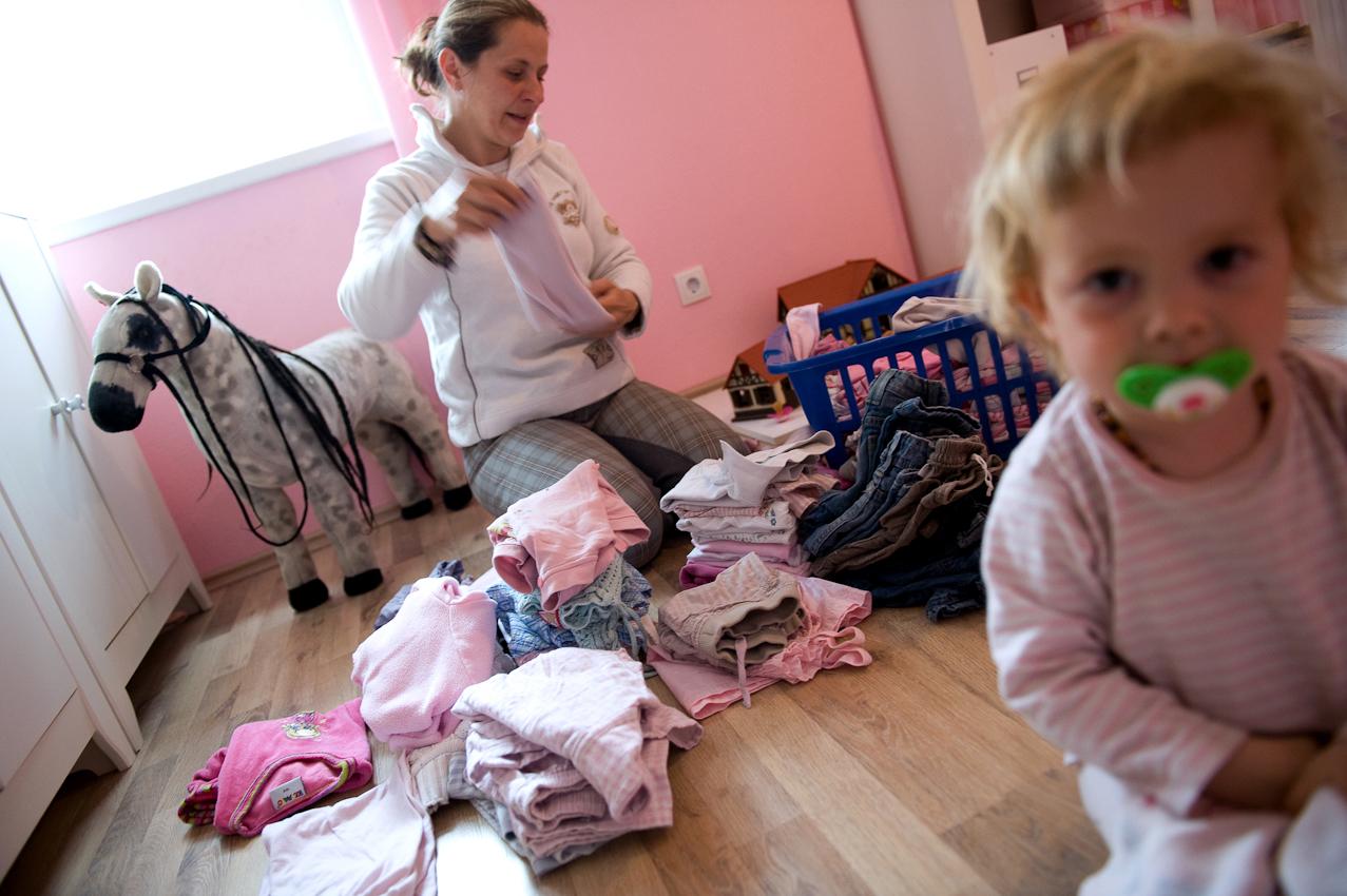 Steffi sortiert Wäsche in Josefines Zimmer.