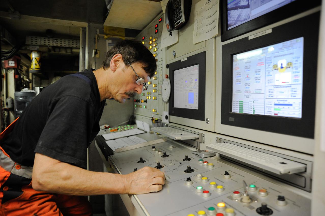 Baustelle der neuen U-Bahnlinie U4 in die Hafencity Hamburg. Mineure bauen mit Hilfe der Schildvortriebsmaschine (V.E.R.A. von der Elbe Richtung Alster) den 682. Tubbingring im Inga-Tunnel II ein. Schichtbeginn 5:30 Uhr im Startschacht Hafencity. Von diesem Steuerpult aus wird der Vortrieb der Maschine gelenkt.