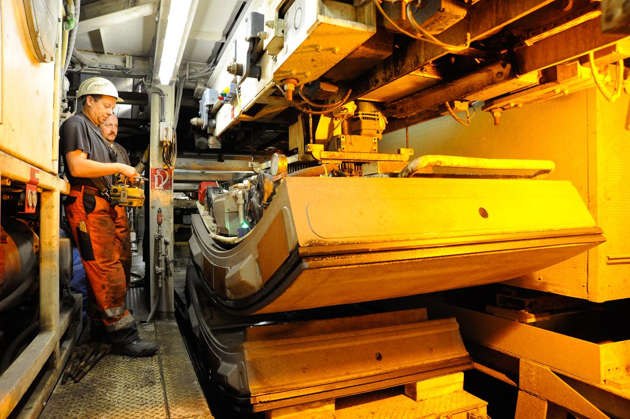Baustelle der neuen U-Bahnlinie U4 in die Hafencity Hamburg. Mineure bauen mit Hilfe der Schildvortriebsmaschine (V.E.R.A. von der Elbe Richtung Alster) den 682. Tubbingring im Inga-Tunnel II ein. Schichtbeginn 5:30 Uhr im Startschacht Hafencity. Mit dem Tubbingkran werden die Tubbinge vom Zug entladen.