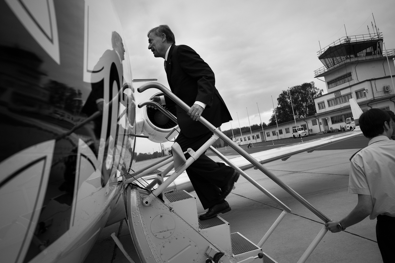 Einstieg: Bundesprasident Horst Köhler auf dem Weg nach Gelsenkirchen zum Eröffnungspiel der Eishockey-WM, Deutschland vs. USA. Auf dem Flughafen Tegel besteigt er einen Challenger-Jet, der ihn nach Düsseldorf fliegen wird.