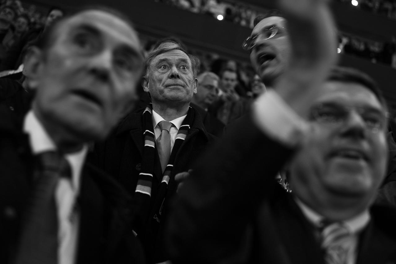 Skeptisch: In der Verlängerung fällt nach weinigen Augenblicken das entscheidende Tor für Deutschland. Aber der Schiedsrichter hat noch seine Zweifel und  Horst Köhler auch. Vorne die IOC-Mitglieder Ivan Dibos aus Peru (ebenfalls noch skeptisch) und der Deutsche Thomas Bach, der freut sich aber schon.