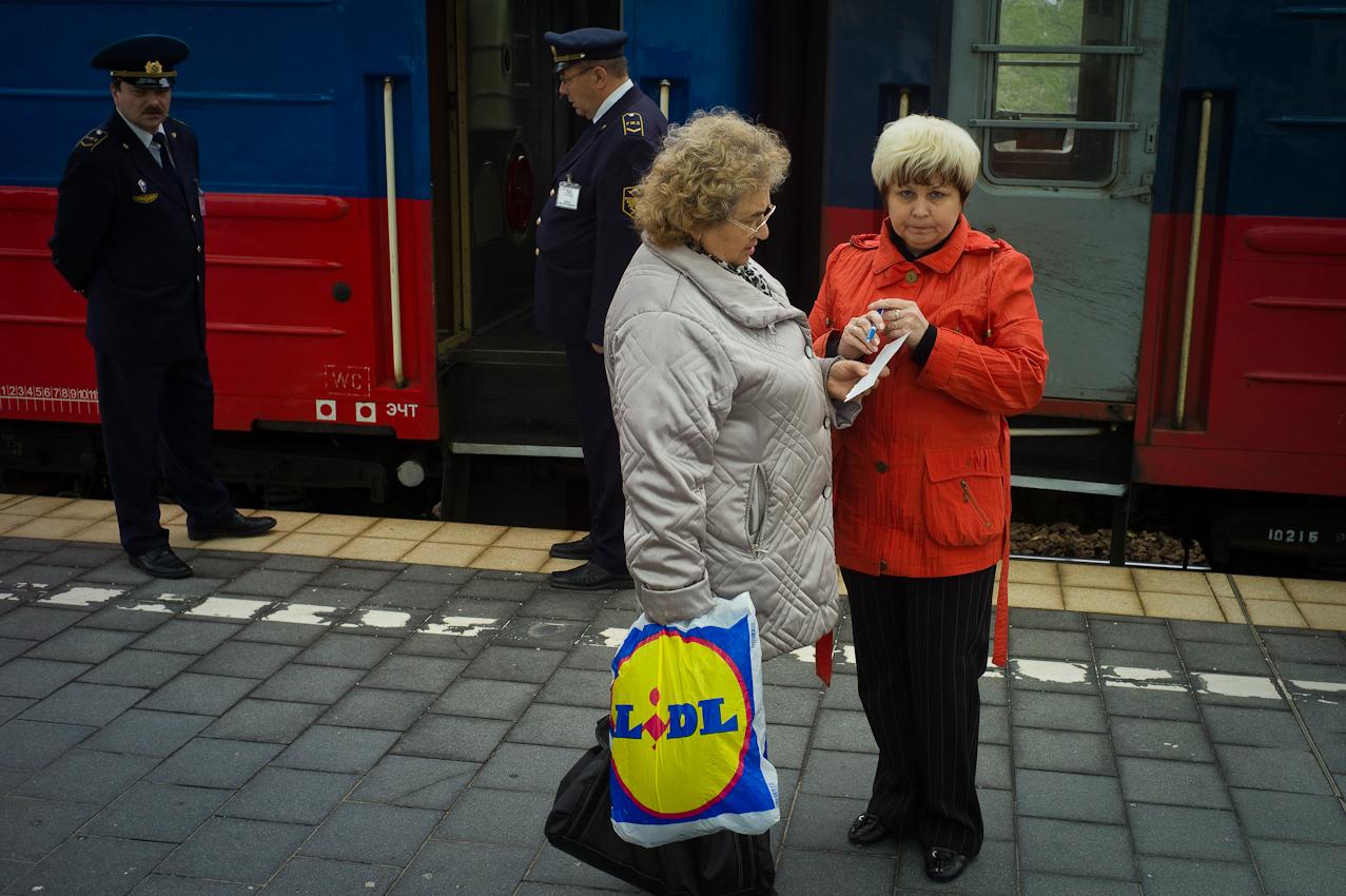 Berlin: Der Nachtexpress vom Bahnhof Zoo über Warschau nach Moskau. Dieser Zug mit den handgemalten Blechtafeln sieht aus, wie ein Relikt aus lange vergangenen Zeiten. Die Wagen sind alt, die Zugbegleiterinnen etwas jünger. Heute fährt der Zug, mit dem man ohne umzusteigen in gut 27 Stunden nach Moskau kommt, mit dreiminütiger Verspätung ab.