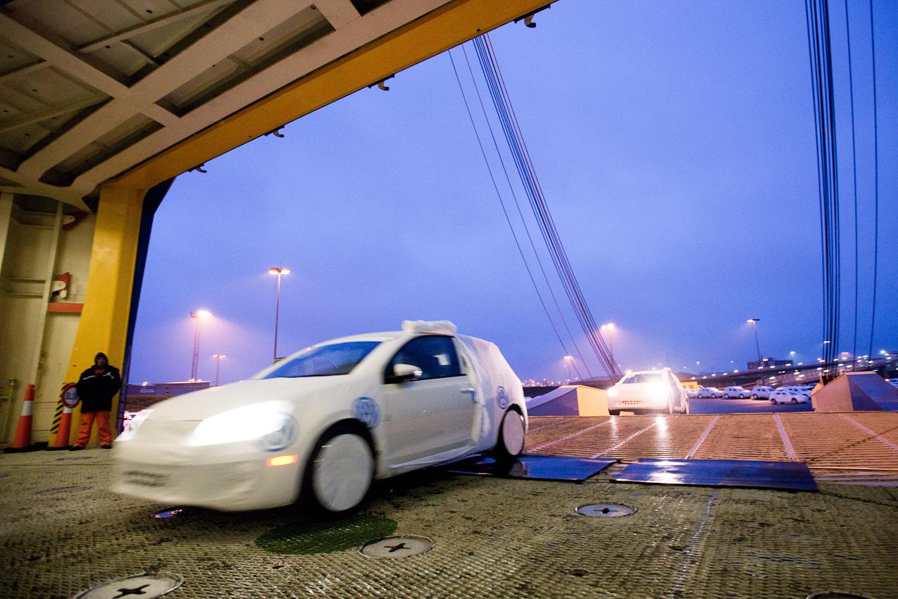 """Emden, Niedersachsen, DEU, 07.05.2010. Ein VW-Golf faehrt  in das Schiff """"Grand Venus / Panama"""", dass im Emder Aussenhafen angelegt hat, um dann nach Canada und Nord-Amerika verschifft werden. Bild 08 aus der Reportage ueber die Automobilverladung der Volkswagen Logistics in Emden am 07. Mai 2010. Taeglich werden im Autoport bis zu ca. 5000 Fahrzeuge und jaehrlich ca. 1 Million Fahrzeuge umgeschlagen. Mehr als 16000 Volkswagen, Audi, Volkswagen Nutzfahrzeuge, Skoda und Bentleys, aber auch Porsche-Fahrzeuge stehen in Reih und Glied angeordnet auf den Stellflaechen des Emder Aussenhafens. Nach EDV-gestuetzen Staulisten organisieren die Mitarbeiter das Laden und Loeschen der riesigen Schiffe, die im aktuellen Modell-Mix durchschnittlich rund 3500 Fahrzeuge schlucken."""