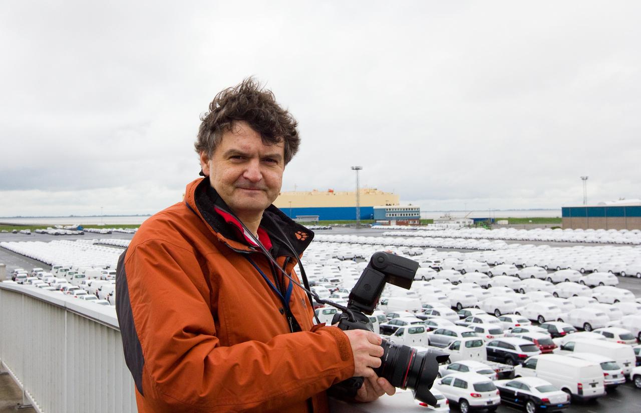 """<p>Der Bildjournalist Holger Jacoby fotografiert fuer das FreeLens-Projekt """"Ein Tag Deutschland"""" den Automobilumschlag der Volkswagen Logistigs im Aussenhafen in Emden.</p>"""