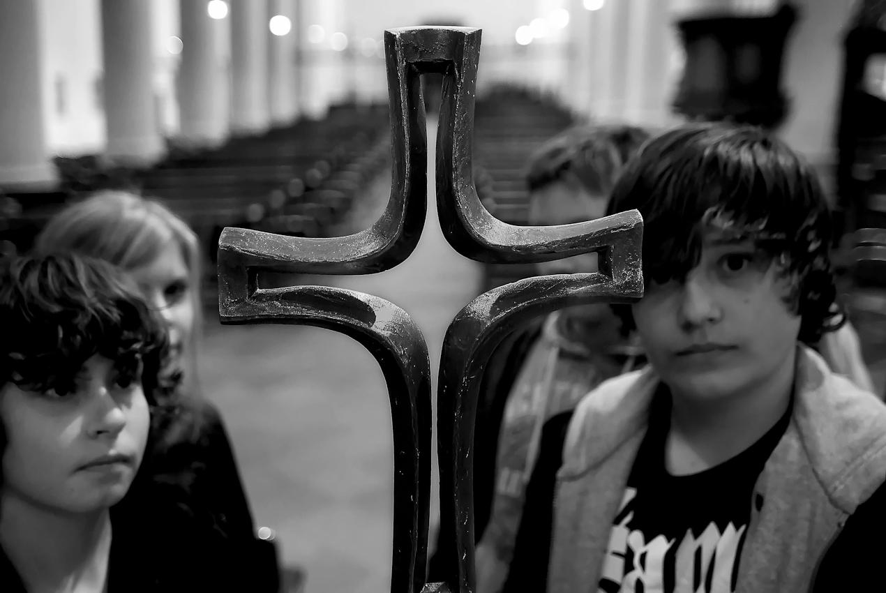 Konfirmation ist im Mai 2011. Unter diesem Kreuz werden sie dann in die Kirche einziehen.