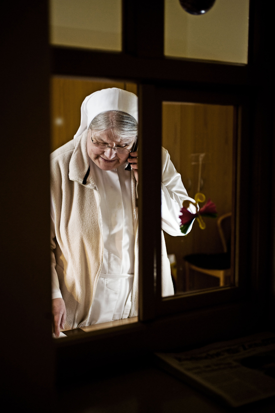 Heitersheim, 07.05.2010, 8:40 Uhr, Orden der Barmherzigen Schwestern vom HL. Vinzenz von Paul. Schwester Parterna telefoniert an der Pforte.