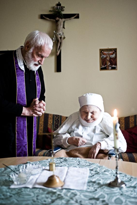 Heitersheim, 07.05.2010, 9:29 Uhr, Orden der Barmherzigen Schwestern vom HL. Vinzenz von Paul. Pfarrer Erwin Seifrid bei der Salbung einer erkrankten Schwester.