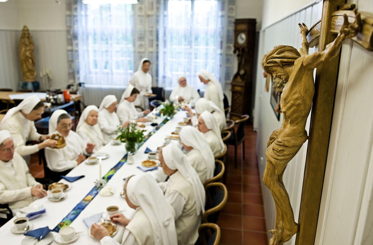 Heitersheim, 07.05.2010, 14:37 Uhr, Orden der Barmherzigen Schwestern vom HL. Vinzenz von Paul. Am Nachmittag wird Kaffee und Kuchen gereicht, für alle Schwestern, die ihren Namenstag oder Geburtstag im Monat Mai feiern.