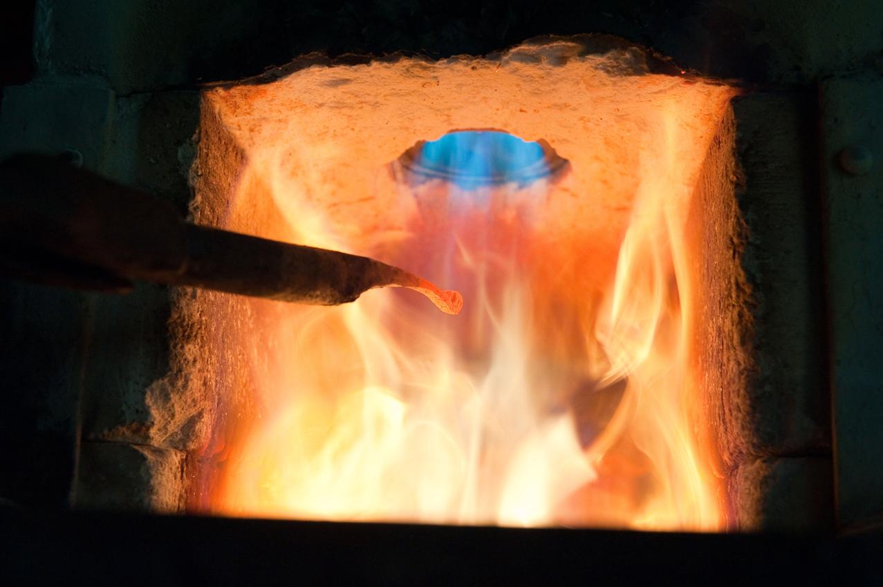 Das Stück Metall im Schmiedefeuer wird bald unter den Händen des Kunstschmieds Lothar Klute aus Schmallenberg-Niedersorpe zu einem übergroßen Insektenfühler. - Dieses Bild wurde am 07.05.2010 um 11:40:34 Uhr in Schmallenberg-Niedersorpe (Sauerland, Deutschland) aufgenommen.