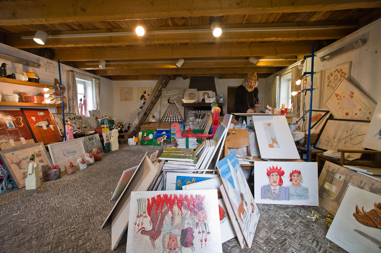 Es sind vor allem die humorvollen Details, die den Reiz der farbenfrohen Werke des Malers Hans-Georg Bergenthal ausmachen, die er in seinem Atelier in einem alten Speicher hinter dem Heimat- und Schiefermuseum in Schmallenberg-Holthausen malt, ausstellt und verkauft. - Dieses Bild wurde am 07.05.2010 um 14:42:29 Uhr in Schmallenberg-Holthausen (Sauerland, Deutschland) aufgenommen.