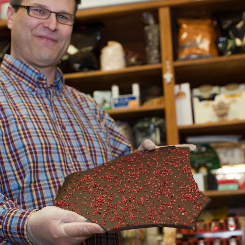 """Axel Becker, der """"Zuckerbecker"""" vom Werderplatz in Karlsruhe, zeigt Pfefferschokolade, die er fur die Auslage fertig macht. Er stellt seit einiger Zeit selber unterschiedliche Schokoladensorten her. Freitag, den 7. Mai 2010 um 12 Uhr 15."""