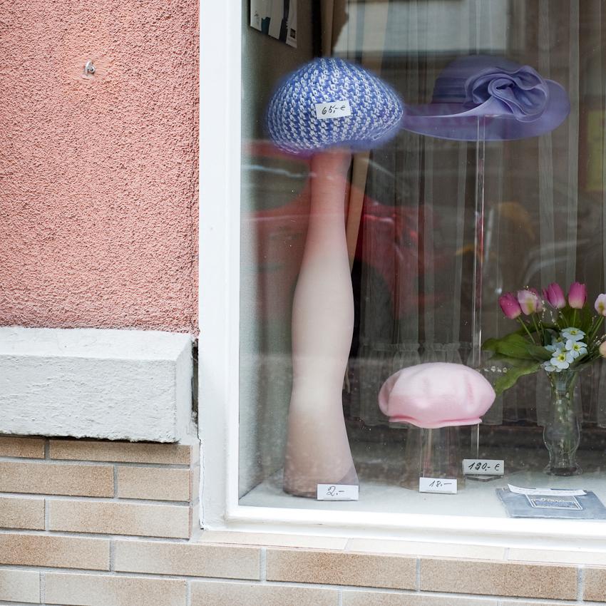 Schaufensterdeko von Trudel Grubers Hut Salon am Werderplatz in Karlsruhe am Freitag, den 7.Mai 2010.