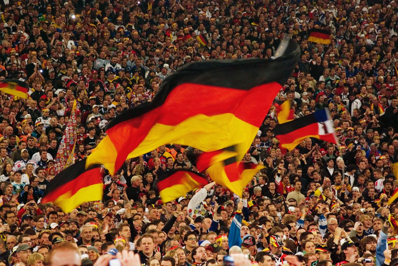 Am 7.Mai 2010 fand in der Fußball Arena von Schalke 04 das Auftaktspiel der Eishockey WM statt. Vor der Weltrekordkulisse von knapp 78.000 begeisterten Zuschauern gewinnt die deutsche Eishockey Nationalmannschaft ihr Auftaktspiel der IIHF-Eishockey-WM 2010 gegen die USA mit 2:1 nach Verlängerung.