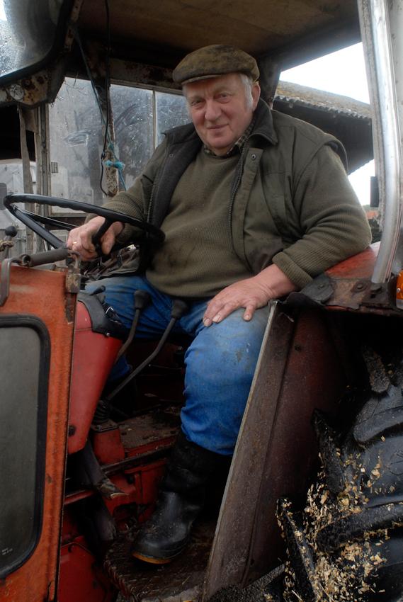 49638 Nortrup, Niedersachsen, Bauernhof mit Milchwirtschaft, Trecker fahren ist immer noch seine Leidenschaft