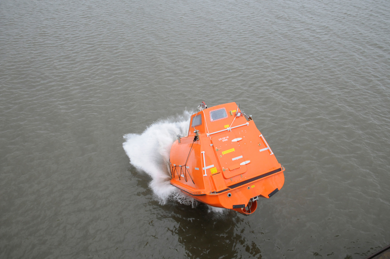 DEU/ Deutschland, Drochtersen, 20100507: Freifall Rettungsboot Uebung der Seefahrtschule Cuxhaven bei der Firma Hatecke auf der Insel Krautsand bei Drochtersen