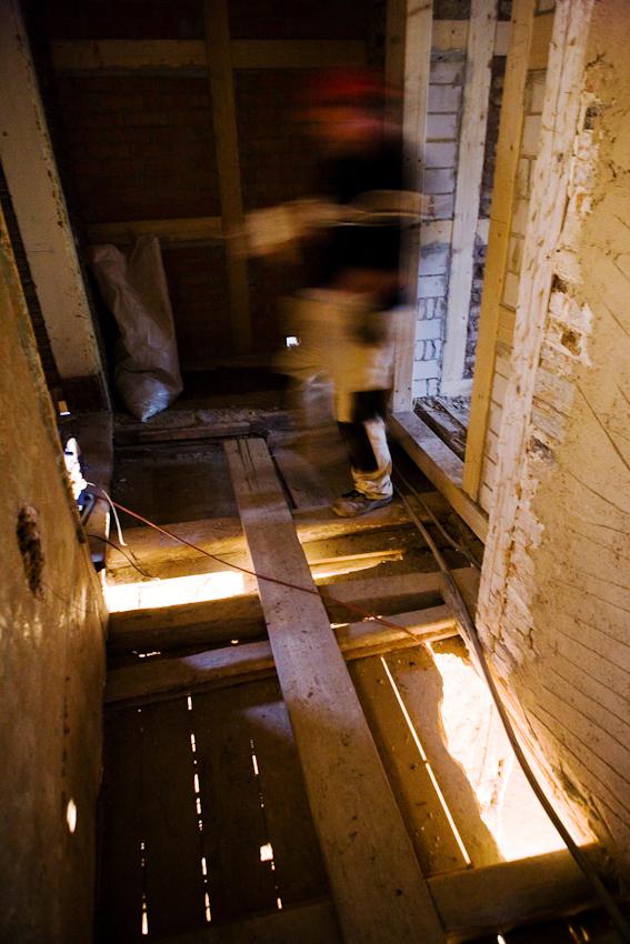 Sanierung eines Fachwerkhauses von 1582 in Arnstadt, Thüringen. Mit Öffnen der Boden stellt sich heraus, dass die den Boden tragenden Kassettenholzer teilweise stark verottet sind und durch einen Fehlboden verstarkt werden mussen.