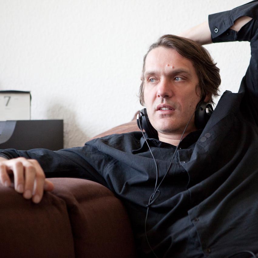 """""""Ein Tag mit Frank Spilker (Die Sterne)"""" Frank Spilker vormittags zu Hause auf dem Sofa."""