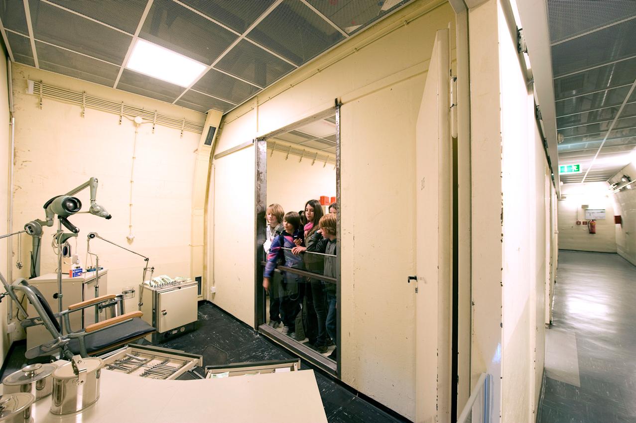 Schülerführung der 9.Klasse der Gesamtschule Bonn durch den öffentlichen Teil des ehemaligen Regierungsbunkers Marienthal. Der so genannte Regierungsbunker bei Ahrweiler ist eine 17,3 km lange Bunkeranlage rund 25 km südlich von Bonn im Tal der Ahr zwischen Ahrweiler und Dernau, unweit des damaligen Staatsweinguts Marienthal. Das Bauwerk trug bis zu seiner Umfunktionierung im Jahr 1997 die offizielle Bezeichnung Ausweichsitz der Verfassungsorgane des Bundes im Krisen- und Verteidigungsfall zur Wahrung von deren Funktionstüchtigkeit (AdVB). Der Bunker entstand in den Jahren 1960 bis 1972 in einem Anfang des 20. Jahrhunderts gebauten Eisenbahntunnel. Der Bunker war für die zivilen Behörden insbesondere aus der damaligen Bundeshauptstadt Bonn bestimmt. Heute ist von dem geheimsten und teuersten Bauwerk der Bundesrepublik nur noch ein kleines Bunkerstuck von 203 m Länge erhalten, das in das Museum Dokumentationsstätte Regierungsbunker umfunktioniert wurde. Das Museum befindet sich in einem bewaldeten Berghang oberhalb der Römervilla. 2009 wurde der Regierungsbunker von der Europäischen Kommission zum Europäischen Kulturerbe erklärt.
