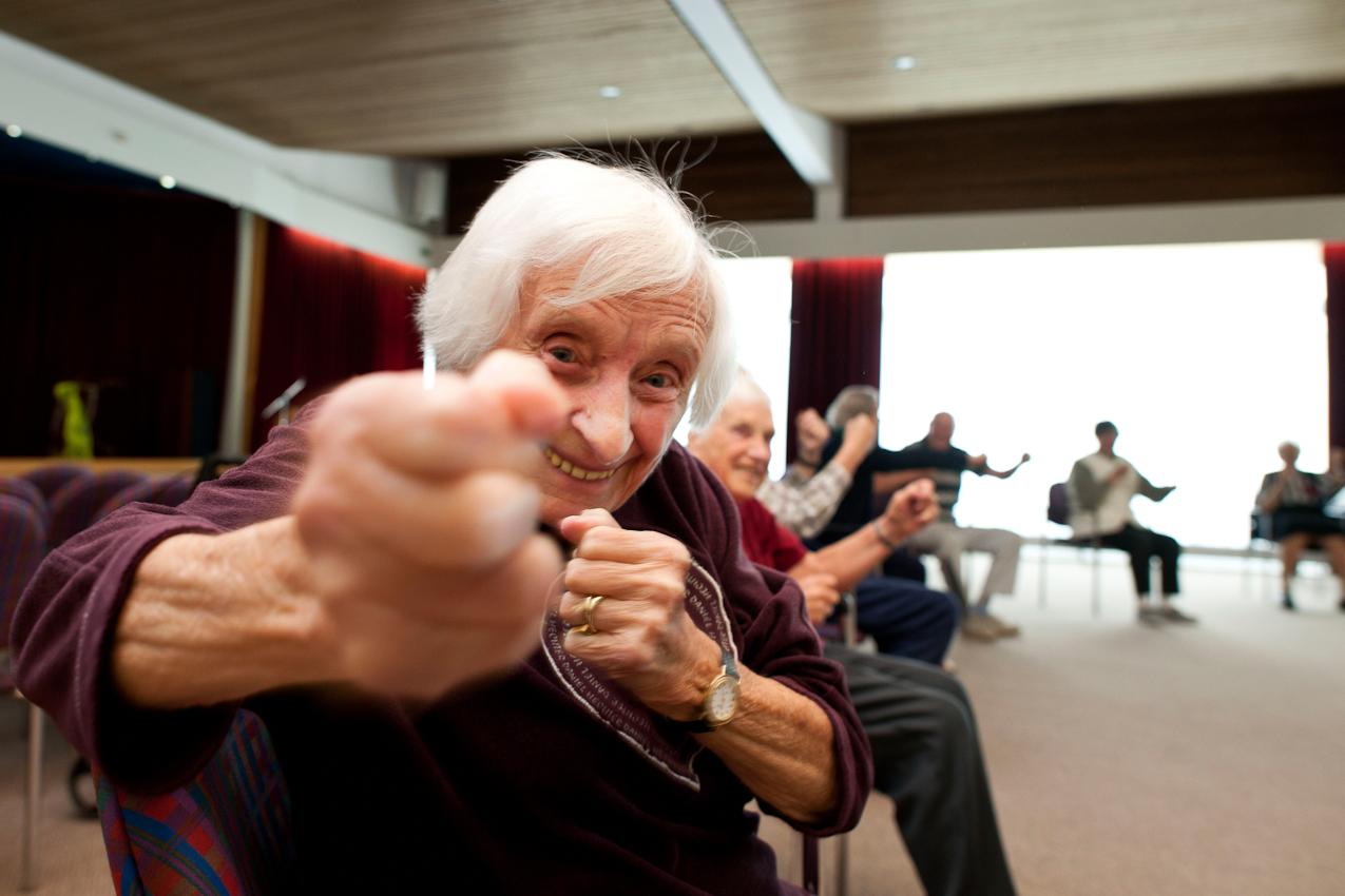 Lydia Kohler, 96, beim Schattenboxen im Seniorenheim. Regelmaessige Gymnastik und Bewegung haben sie bis ins hohe Alter fit gehalten.  Das Bild ist entstanden im Kurstift des Kuratoriums Wohnen im Alter in Bad Duerrheim am 7.5.2010.