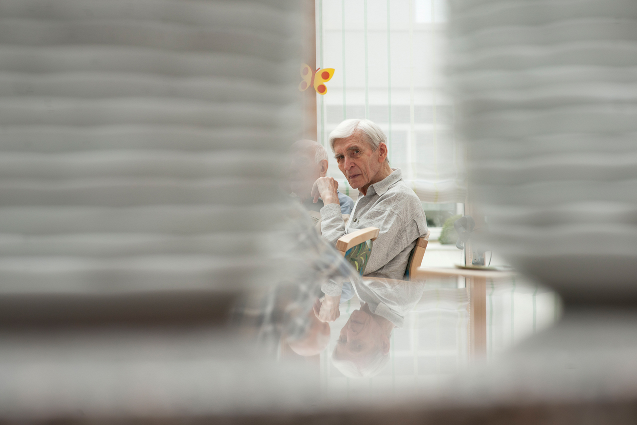 Ein Bewohner im Seniorenheim wartet auf das Mittagessen.Die Mahlzeiten geben den Tages Struktur und sind fur viele Altenheimbewohner die einzige Abwechslung. Das Bild ist entstanden im Kurstift des Kuratoriums Wohnen im Alter in Bad Duerrheim am 7.5.2010.