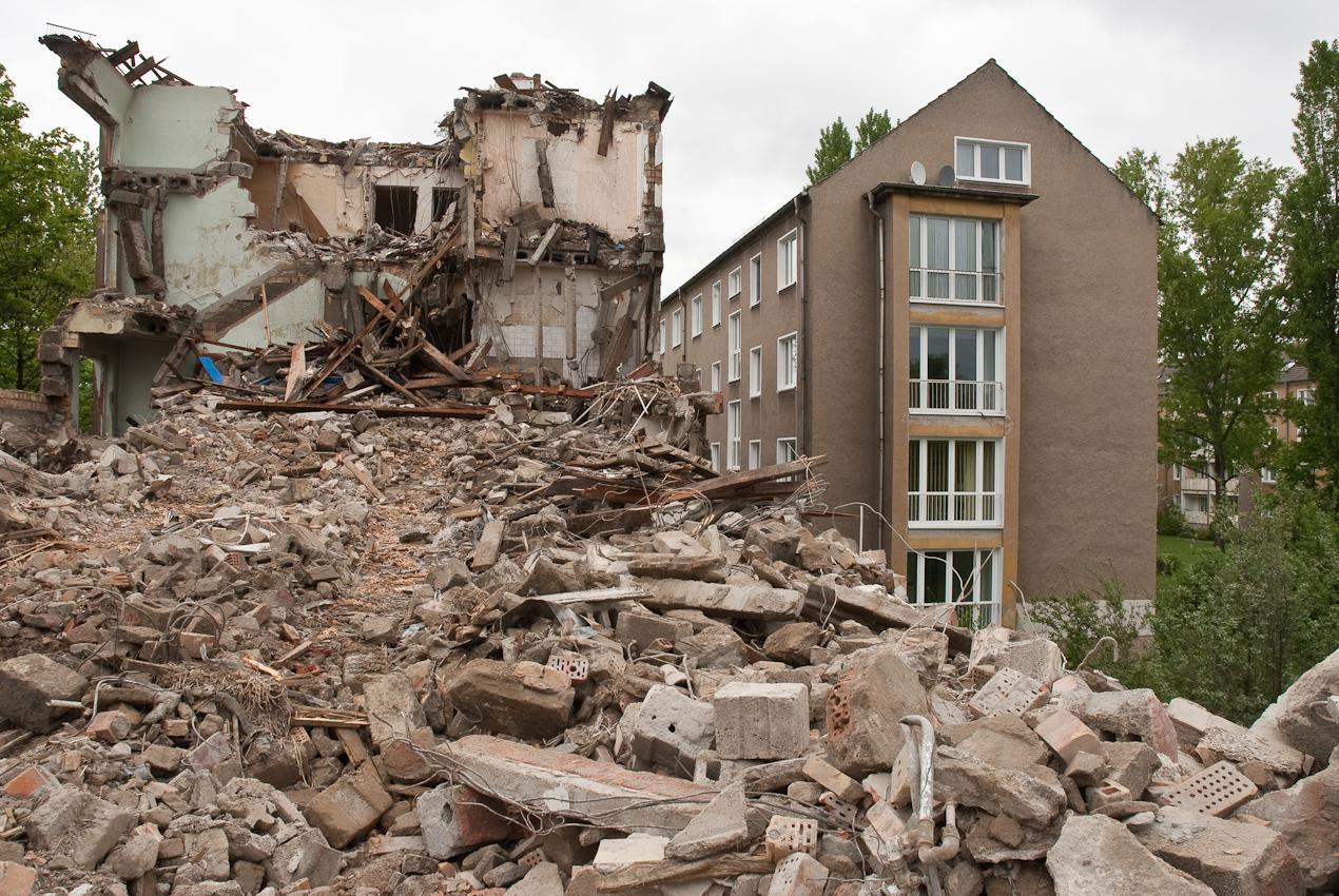 DEU, Deutschland, Brandenburg, Eisenhüttenstadt. In Eisenhüttenstadt, am Rande der ehemaligen Prachtstrasse Leninallee, der jetzigen Lindenallee, werden Wohngebiete entkernt.