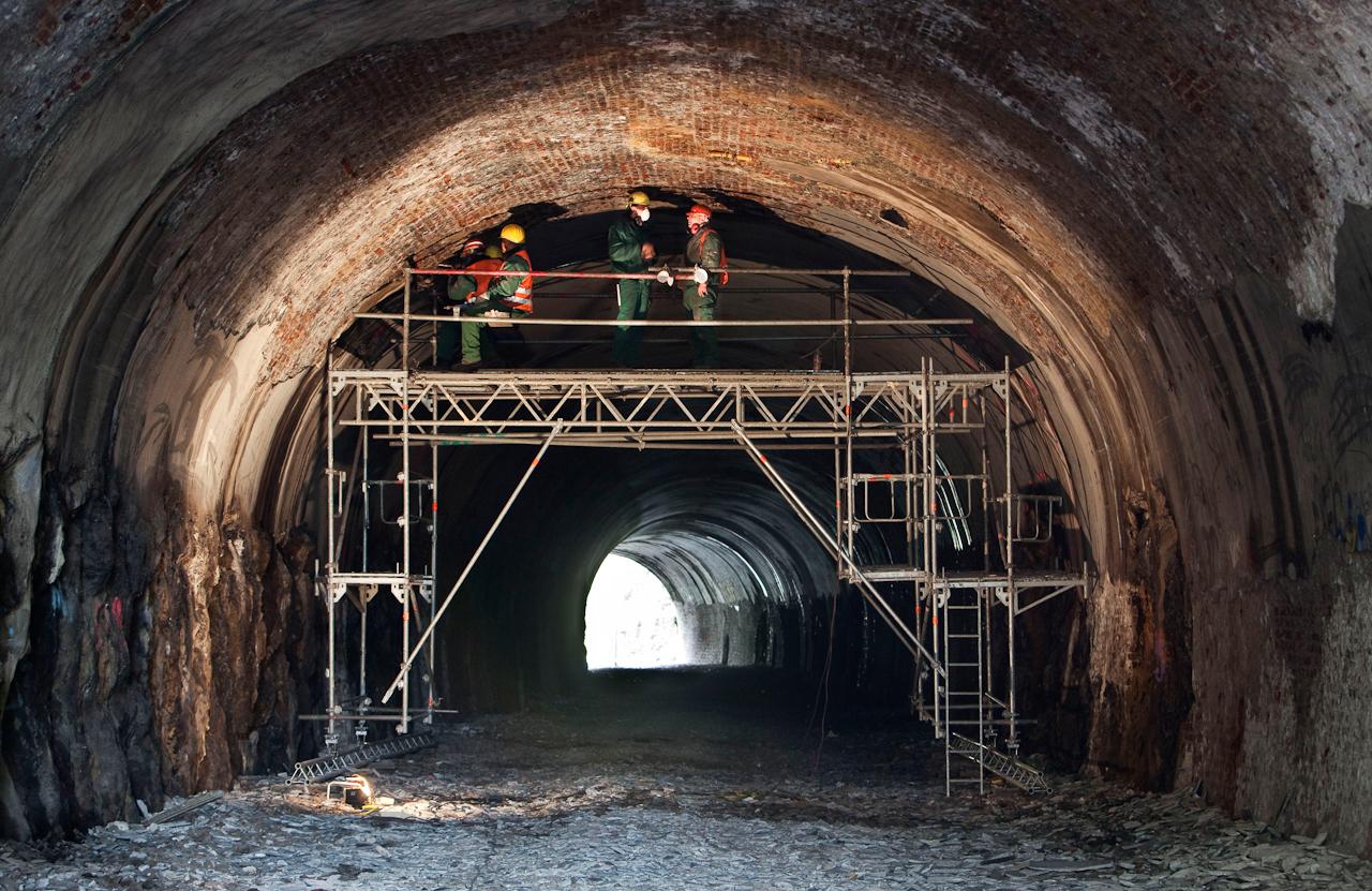 """1,50 Euro und Hartz IV - In Wuppertal wird die ehemalige, heute stillgelegte Rheinische Eisenbahnstrecke, die so genannte """"Nordbahntrasse"""", zu einem Fuss-, Fahrrad- und Skaterweg umgebaut. lnitiiert von der ehrenamtlichen 'Wuppertal Bewegung"""" werden heute zahlreiche Arbeiten von """"Hartz IV""""-Empfängern verrichtet. In Verbindung mit der ARGE Wuppertal werden dort Zusatzjobs als Qualifizierungs- und Beschäftigungsmaßnahme durchgeführt. Tätigkeiten sind Grünschnitt, einfache Baumfällarbeiten und Sanierungsarbeiten an Brücken, Mauern und Tunneln. Einer dieser Maßnahmenträger ist die Wichernhaus gGmbH. Nach deren Auskunft werden ein Drittel der Teilnehmer und Teilnehmerinnen für ein halbes Jahr in die Maßnahme geschickt, die anderen zwei Drittel haben sich selbst dafür gemeldet. Sie verdienen 1,50 Euro zusätzlich zum Hartz IV Regelsatz in der Stunde."""