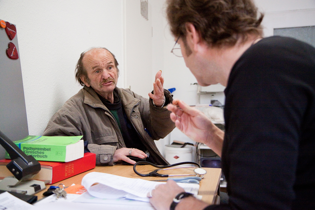Obdachlosen-Arzt Dr. Gerhard Trabert:  07.05.2010: Der Arzt Dr. Trabert behandelt einen Obdachlosen in seiner festen Sprechstunde im Heinrich-Egli-Haus, einem Wohnheim fur Obdachlose in Mainz. Doktor Trabert ist neben seiner Professur fur Sozialmedizin ein Arzt fur Obdachlose in Mainz. In dieser Funktion fährt er auch mit seinem Arztmobil durch  Mainz und Bingen um Obdachlosen eine medizinische Grundversorgung zu bieten -