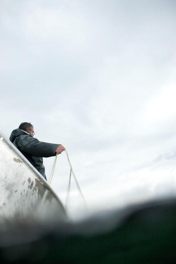 Der Fischer Johann Schuster steht in seinem Boot auf Stanberger See und legt das am Vormittag des 7. Mai 2010 ausgelegte Netz aus.