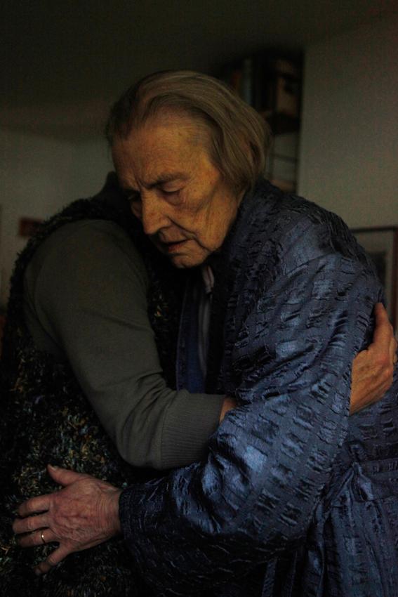 Helfende Hände: Der Tag geht zu Ende. Elke Lohmann bringt ihre Mutter ins Bett. Seit einigen Wochen verschränkt Elfriede Buch beim Schlafen die Hände - als wurde sie beten. Sie sieht dabei so friedlich aus. Eins mit sich und der Welt.