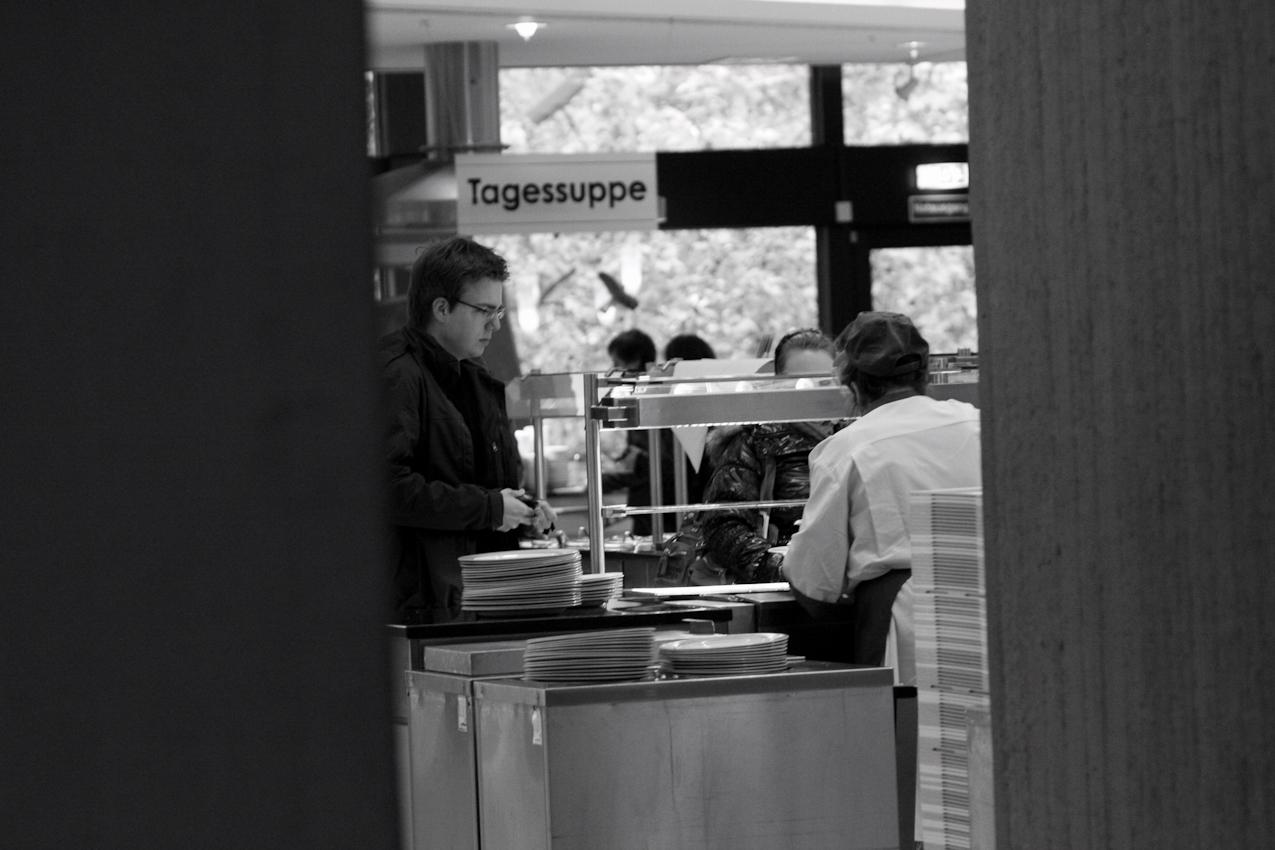 Studenten holen Essen im Mensa der Universität Mannheim .