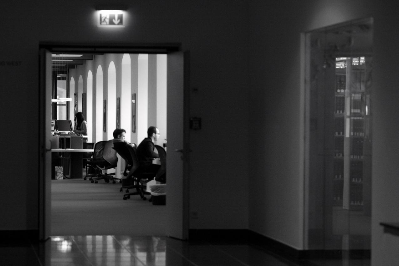 Studenten lernen an einem Nachmittag im Bibliothek der Universität Mannheim.