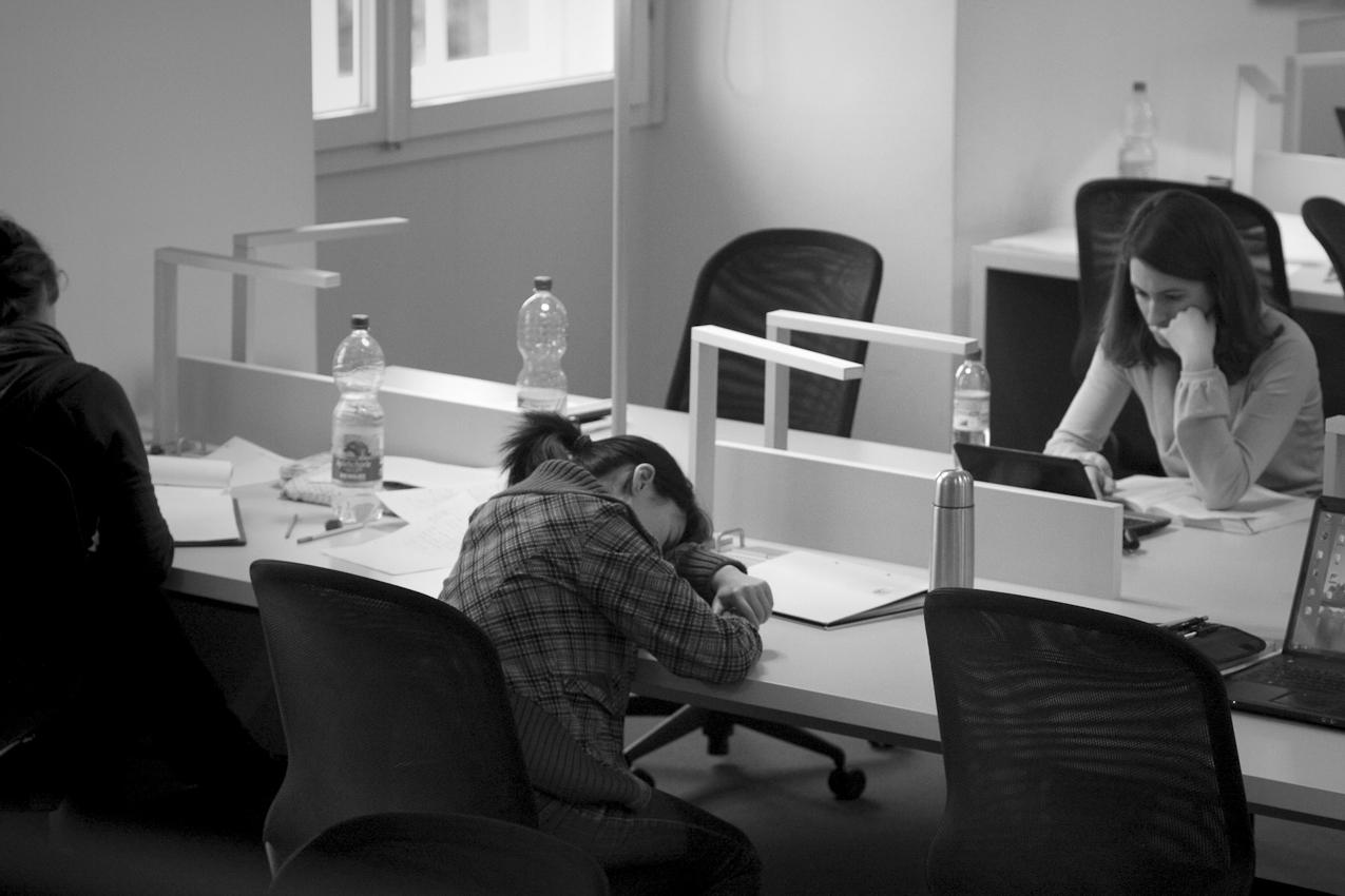 Studenten lernen an einem Nachmittag in der  Bibliothek der Universität Mannheim.