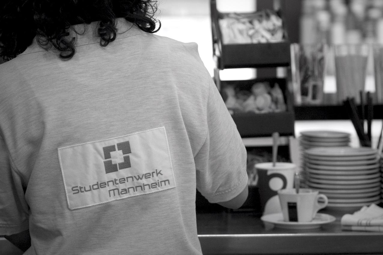 Anna Gorth, Mitarbeiterin im EO Cafeteria der Universität Mannheim. Sie bereitet gerade Kaffee für Studeten in der Mittagessenszeit vor.