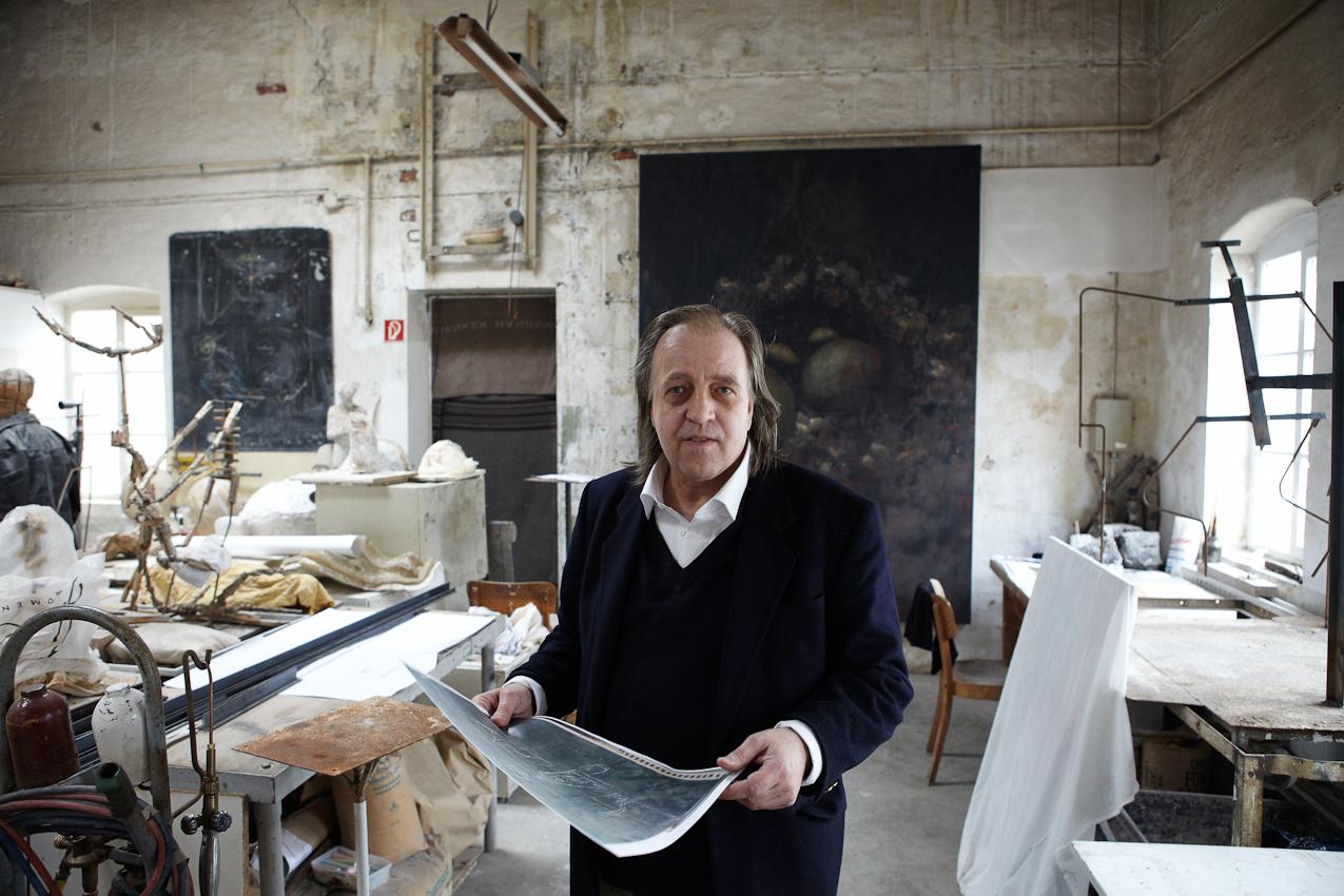 Der Bildhauer und Meisterschüler von Joseph Beuys, Wolfgang Genoux am 7. Mai 2010 in den Räumen der Freien Kunstschule Hamburg - FIU / Free International University e.V. gemeinnützig ( gegründet 1980 ), in der er seit 30 Jahren lehrt, mit einer Skizze für eine Skulptur.