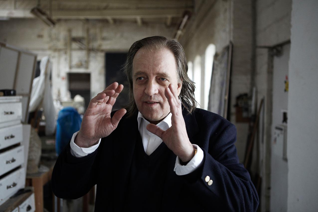 Der Bildhauer und Meisterschüler von Joseph Beuys, Wolfgang Genoux am 7.Mai 2010 in den Räumen der Freien Kunstschule Hamburg - FIU / Free International University e.V. gemeinnützig ( gegründet 1980), in der er seit 30 Jahren lehrt