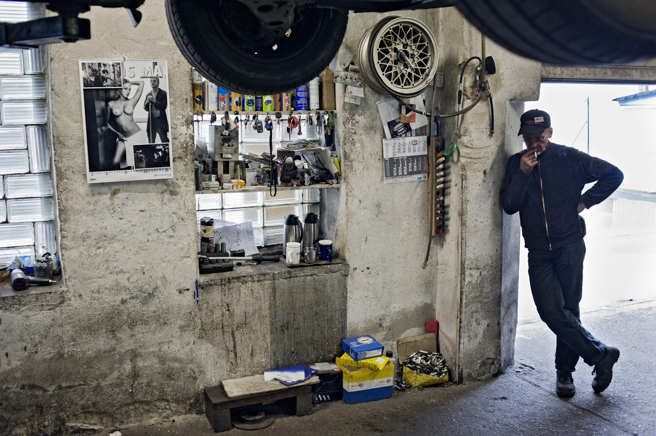 KFZ-Meister Peter Scheel wartet auf den Mann vom TUEV. Zusammen mit Tom Sarnow und dem Chef Peter Pulkow reparieren sie PKWs aller Arten und Typen in einer schmalen Hinterhofwerkstatt in der Chausseestrasse Berlin-Mitte.
