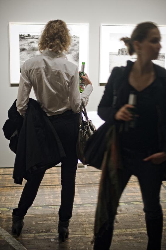 Das interessanteste Forum fuer Fotografie hat das Postfuhramt Oranienburger Strasse Ecke Tucholskystrasse in Mitte mit CO Berlin. Ausstellungseroeffnungen sind immer grosse Feste der Fotografie; diesmal feiern die Fotografenagentur Ostkreuz und CO Berlin jeweils ihr 20- und 10jaehriges Bestehen. Die Bilder aus Ordos in der Inneren Mongolei von Maurice Weiss finden grosses Interesse.