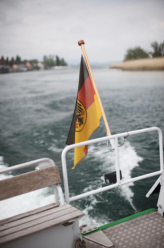 Das Zollboot >>Hochwart<< auf Streifenfahrt auf dem Seerhein zwischen der Insel Reichenau und der Konstanzer Innenstadt. Der Seerhein verbindet Unter- und Obersee des Bodensees. Links ist das Dorf Gottlieben am Schweizer Ufer, rechts Deutschland.