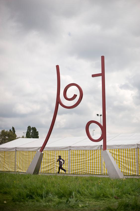 An der laut Informationstafel >>ersten Kunstgrenze der Welt<<, an der der Grenzverlauf zwischen Konstanz und der Schweizer Schwesterstadt Kreuzlingen anhand großer Skulpturen des Bildhauers Johannes Dorflinger markiert wird, nimmt ein Schuler an einem grenzüberschreitenden Sportfest teil.