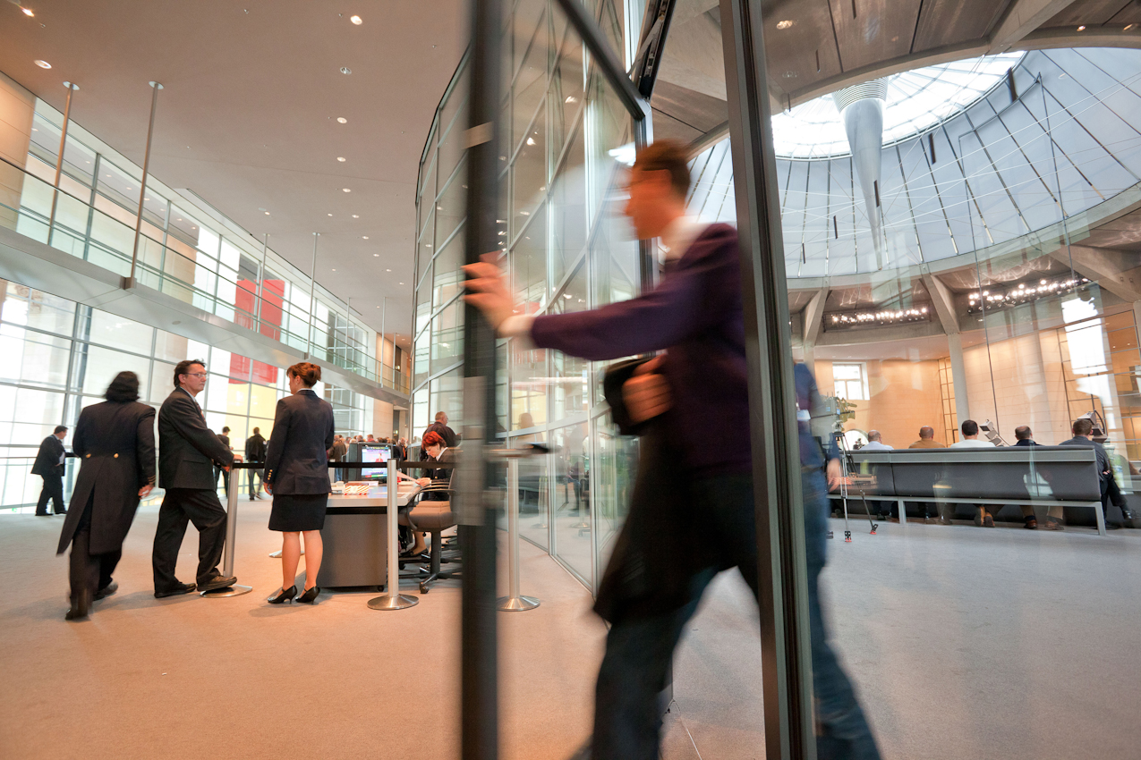Reichstag, Besucherebene Plenarsaal. Blick vom Flur der Besucherebene des Reichstags in den Plenarsaal. Besucher verlässt den Plenarsaal.