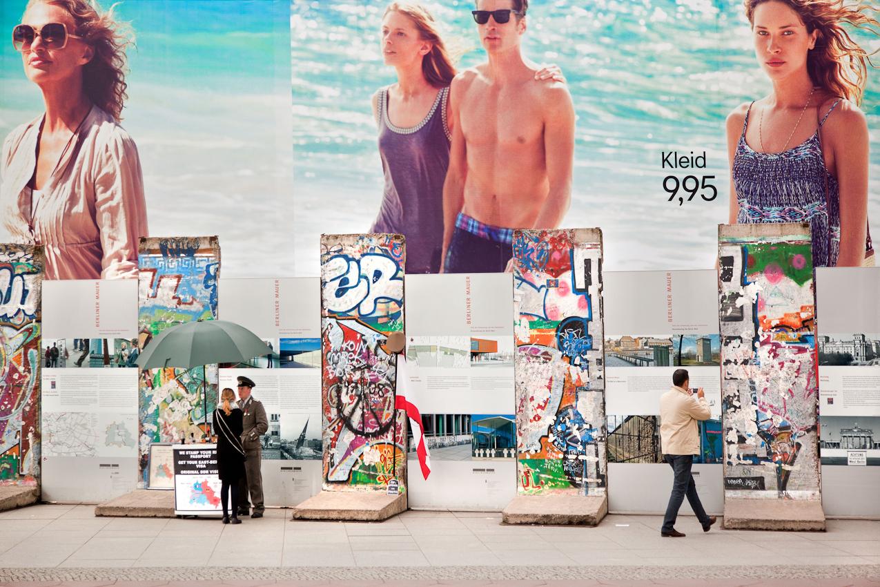Potsdamer Platz. Mauerreste als Touristenattraktion vor großen Werbeplakaten auf dem Potsdamer Platz.
