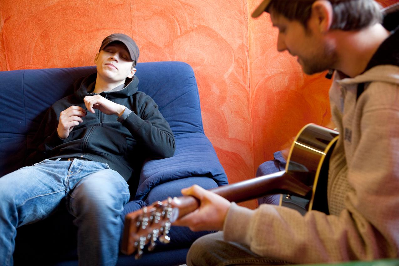 Tim Bendzko probt mit seinem Gitarristen Daniel Hoffknecht vor dem Auftritt die Songs im Backstage-Bereich.