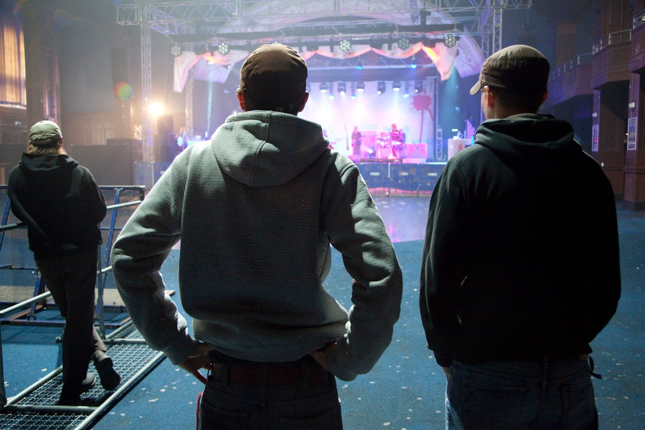 Am Nachmittag schaut Tim Bendzko sich zusammen mit seinem Gitarristen Daniel Hoffknecht den Soundcheck der Hauptband Silly an.